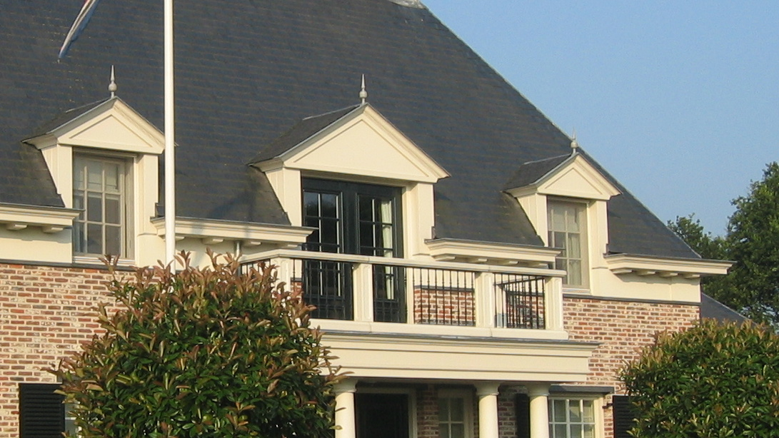 balkon zuilen architraaf boeiboord