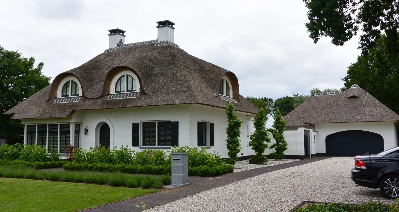 rietgedekte villa bijgebouw