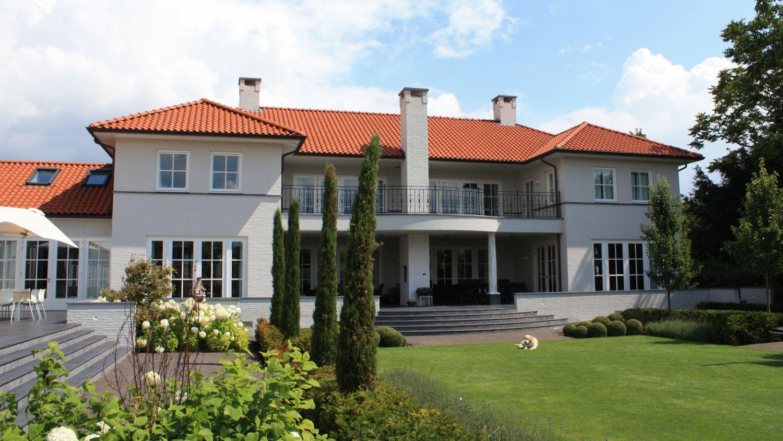 witte villa met rode pannen